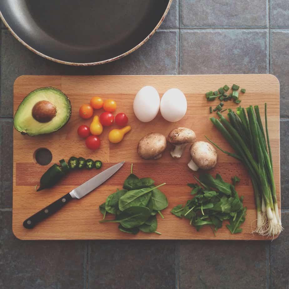 7 conseils pour arrêter de fumer facilement - Préparez-vous des collations santé à l'avance! N'attendez pas d'avoir trop faim pour vous préparer quelque chose à manger. Si vous attendez trop longtemps, il est possible que vous choisissiez quelque chose dans le frigo qui vous fera prendre des kilos. Pensez-y!